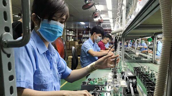 Dây chuyền sản xuất các thiết bị điện, điện tử tại Công ty cổ phần Thiết bị điện VI-NA-SI-No (VSEE JSC) tại khu công nghiệp Long Hậu (Long An).  - Sputnik Việt Nam