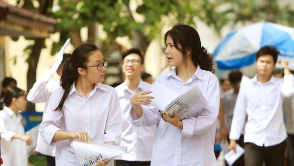 Các thí sinh tại điểm thi trường THPT Thái Phiên, quận Ngô Quyền (Hải Phòng) sau khi thi môn Ngữ văn. - Sputnik Việt Nam
