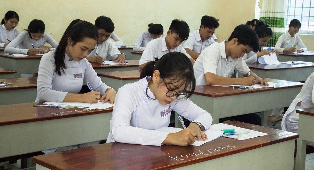 Các thí sinh tham gia Kỳ thi Trung học phổ thông Quốc gia năm 2019 tỉnh Kiên Giang tại điểm thi trường THPT Nguyễn Hùng Sơn, thành phố Rạch Giá.