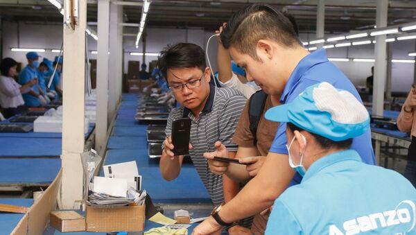 Ông Phạm Văn Tam - Chủ tịch Tập đoàn Asanzo cùng công nhân - Sputnik Việt Nam