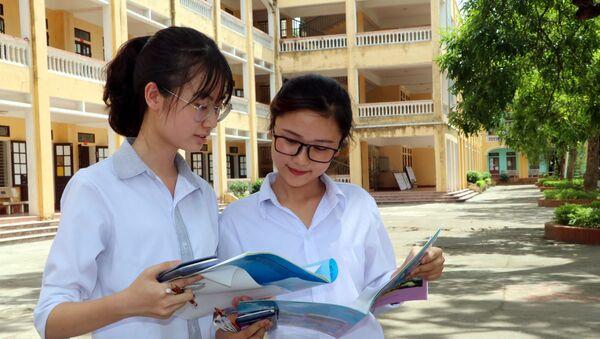 Thí sinh tại điểm thi Trường THPT Tống Văn Trân, huyện Ý Yên, tỉnh Nam Định hoàn thành bài thi - Sputnik Việt Nam