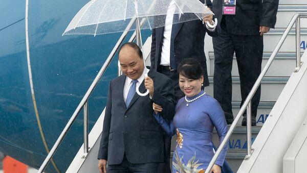 Thủ tướng Nguyễn Xuân Phúc và Phu nhân đến sân bay quốc tế Kansai, Osaka dự Hội nghị G20 - Sputnik Việt Nam