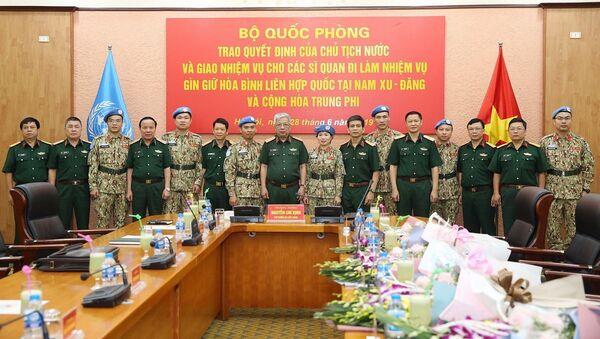 Thượng tướng Nguyễn Chí Vịnh chụp ảnh chung cùng các sĩ quan đi làm nhiệm vụ gìn giữ hòa bình Liên hợp quốc.  - Sputnik Việt Nam