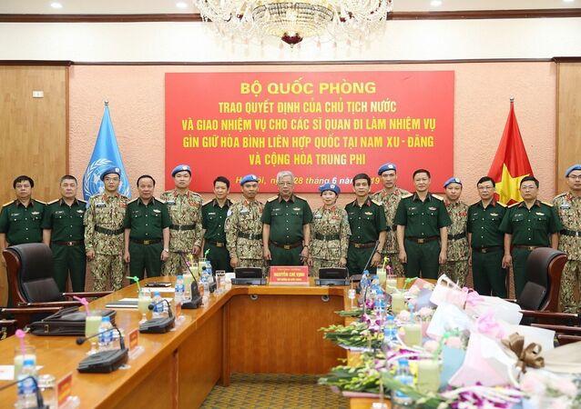 Thượng tướng Nguyễn Chí Vịnh chụp ảnh chung cùng các sĩ quan đi làm nhiệm vụ gìn giữ hòa bình Liên hợp quốc.