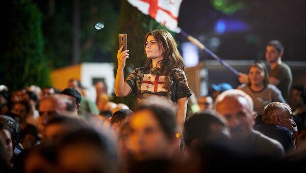Những người tham gia hành động phản kháng bên ngoài tòa nhà Quốc hội Gruzia ở Tbilisi - Sputnik Việt Nam
