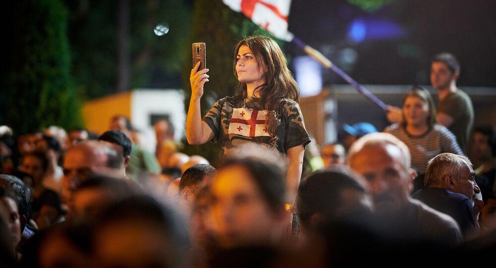 Những người tham gia hành động phản kháng bên ngoài tòa nhà Quốc hội Gruzia ở Tbilisi