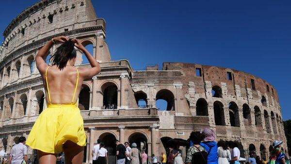 Nữ du khách trước Đấu trường La Mã ở Rome, Ý - Sputnik Việt Nam