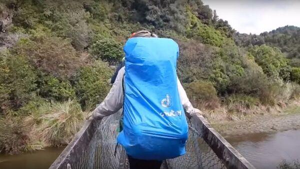 Khách du lịch trên cây cầu treo - Sputnik Việt Nam