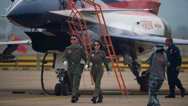 Các phi công chiến đấu lái máy bay J-10 tại triển lãm hàng không ở Chu Hải, Trung Quốc - Sputnik Việt Nam