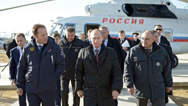 Tổng thống Nga Vladimir Putin thanh tra hoạt động thi công ở sân bay vũ trụ Vostochnyi. - Sputnik Việt Nam