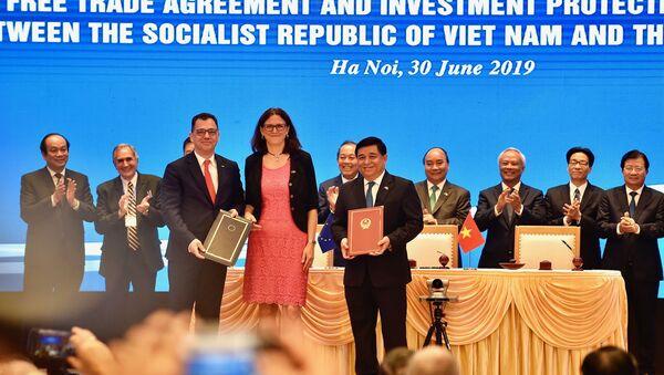Chiều 30/6, tại Trụ sở Chính phủ, Thủ tướng Nguyễn Xuân Phúc chứng kiến lễ ký Hiệp định Thương mại tự do (EVFTA) và Hiệp định Bảo hộ Đầu tư (EVIPA) giữa Việt Nam và Liên minh Châu Âu - Sputnik Việt Nam