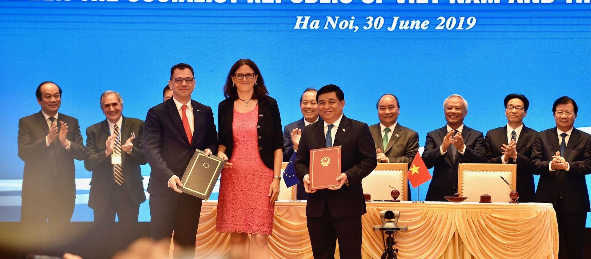 Chiều 30/6, tại Trụ sở Chính phủ, Thủ tướng Nguyễn Xuân Phúc chứng kiến lễ ký Hiệp định Thương mại tự do (EVFTA) và Hiệp định Bảo hộ Đầu tư (EVIPA) giữa Việt Nam và Liên minh Châu Âu - Sputnik Việt Nam, 1920, 31.03.2020