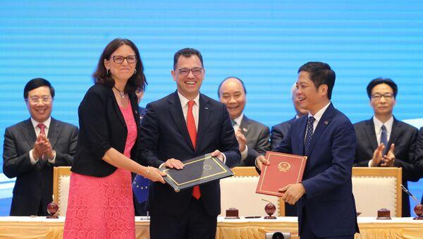 Thủ tướng Nguyễn Xuân Phúc chứng kiến Lễ ký Hiệp định Thương mại tự do giữa Việt Nam và Liên minh châu Âu (EVFTA).  - Sputnik Việt Nam