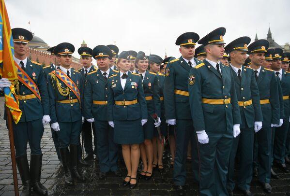 Các sinh viên Học viện Dân phòng và Học viện Cứu hỏa Quốc gia thuộc Bộ Tình trạng Khẩn cấp Nga (MChS) trong buổi lễ tốt nghiệp trên Quảng trường Đỏ ở Moskva - Sputnik Việt Nam