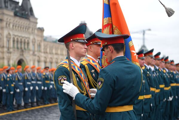 Cờ của Học viện Dân phòng và Học viện Cứu hỏa Quốc gia thuộc Bộ Tình trạng Khẩn cấp Nga (MChS) trong buổi lễ tốt nghiệp trên Quảng trường Đỏ ở Moskva - Sputnik Việt Nam