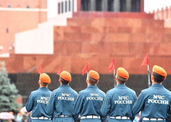 Các nhân viên Bộ Tình trạng Khẩn cấp Nga (MChS) tại buổi lễ tốt nghiệp trên Quảng trường Đỏ ở Moskva - Sputnik Việt Nam