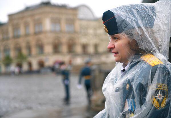 Nữ sinh viên Học viện Dân phòng và Học viện Cứu hỏa Quốc gia thuộc Bộ Tình trạng Khẩn cấp Nga (MChS) trong buổi lễ tốt nghiệp trên Quảng trường Đỏ ở Moskva - Sputnik Việt Nam