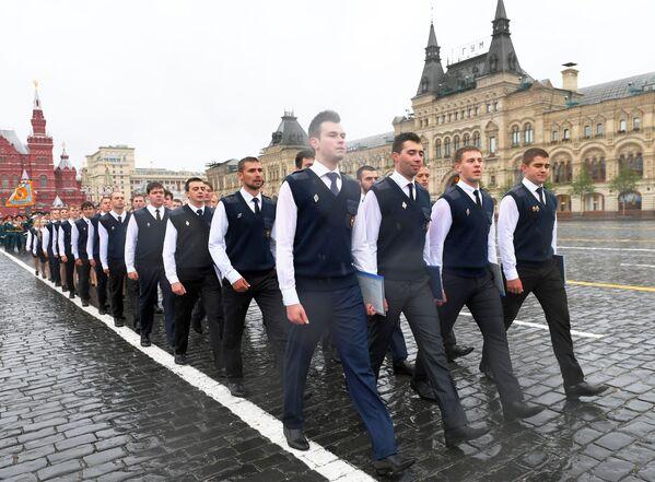 Sinh viên Học viện Bảo vệ Dân sự và Học viện Cứu hỏa Quốc gia thuộc Bộ Tình trạng Khẩn cấp Nga (MChS) trong buổi lễ tốt nghiệp trên Quảng trường Đỏ ở Moskva - Sputnik Việt Nam