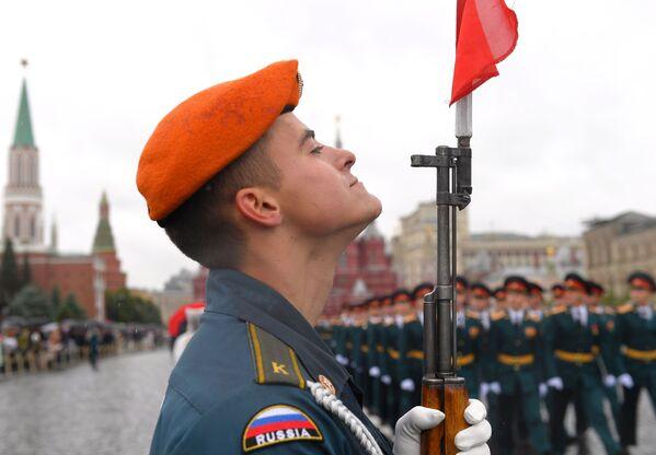 Sinh viên Học viện Dân phòng và Học viện Cứu hỏa Quốc gia thuộc Bộ Tình trạng Khẩn cấp Nga (MChS) trong buổi lễ tốt nghiệp trên Quảng trường Đỏ ở Moskva - Sputnik Việt Nam