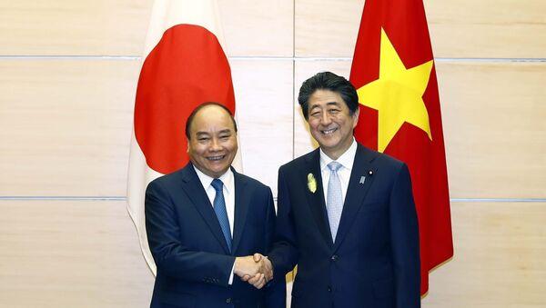 Thủ tướng Nguyễn Xuân Phúc làm việc với Thủ tướng Nhật Bản Shinzo Abe - Sputnik Việt Nam