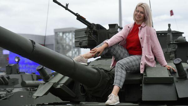 """Cô gái tại công viên giải trí và văn hóa """"Người yêu nước"""" của Các lực lượng vũ trang Liên bang Nga trong lễ bế mạc Diễn đàn kỹ thuật quân sự quốc tế Army-2019 - Sputnik Việt Nam"""