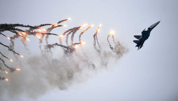 """Máy bay Su-30SM của đội nhào lộn trên không """"Các hiệp sĩ Nga"""" tại Diễn đàn Kỹ thuật-Quân sự Quốc tế Army-2019 - Sputnik Việt Nam"""