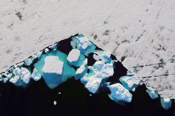 Tảng băng trôi ở vịnh hẹp gần thị trấn Tasiilaq, Greenland - Sputnik Việt Nam