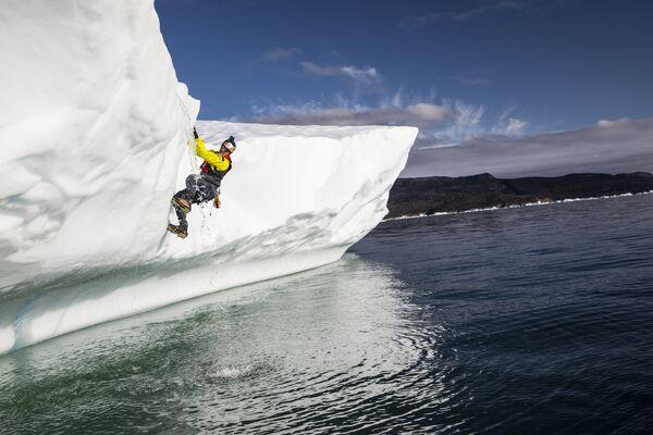 Nhà tự nhiên học người Canada Will Gadd trong chuyến lặn khám phá mũ băng Greenland - Sputnik Việt Nam