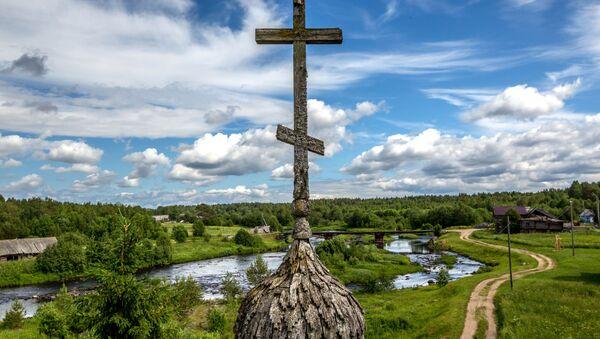 Quang cảnh xung quanh di tích kiến trúc từ thế kỷ 18 của tháp chuông nhà nguyện Ilyinskaya ở Cộng hòa Karelia. - Sputnik Việt Nam