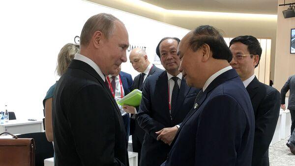 Thủ tướng Nguyễn Xuân Phúc gặp Tổng thống Nga Putin bên lề hội nghị G20.  - Sputnik Việt Nam
