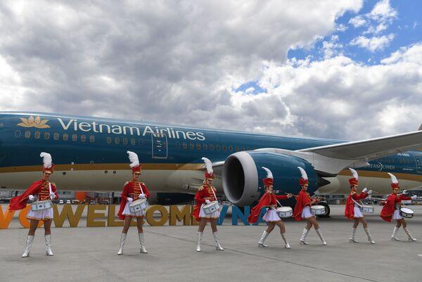 """Chương trình biểu diễn tại lễ đón chào máy bay của Hãng Vietnam Airlines tại sân bay quốc tế """"Sheremetyevo""""  - Sputnik Việt Nam"""
