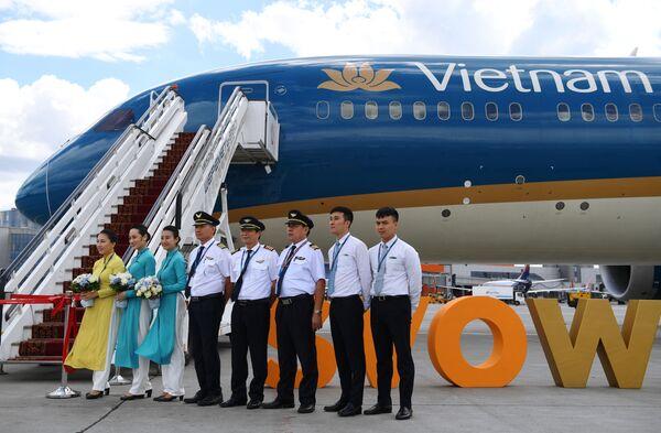 """Các nhân viên hãng Vietnam Airlines tại nghi lễ đón chào máy bay của Hãng Vietnam Airlines tại sân bay quốc tế """"Sheremetyevo"""" - Sputnik Việt Nam"""