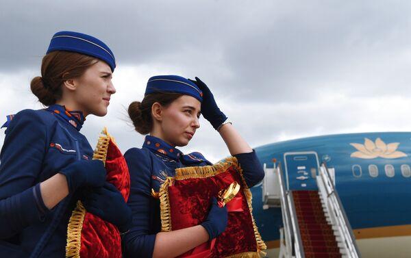 """Các nhân viên sân bay """"Sheremetyevo"""" tại nghi lễ trọng thể đón chào máy bay của Hãng Vietnam Airlines tại sân bay quốc tế """"Sheremetyevo""""  - Sputnik Việt Nam"""