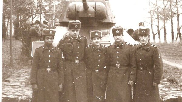 Igor Khiryak cùng với đồng nghiệp trong quân đội - Sputnik Việt Nam