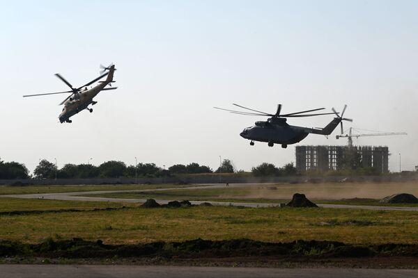 Máy bay trực thăng vận tải-tấn công Mi-35M (trái) và máy bay trực thăng vận tải  quân sự Mi-26T2 - Sputnik Việt Nam