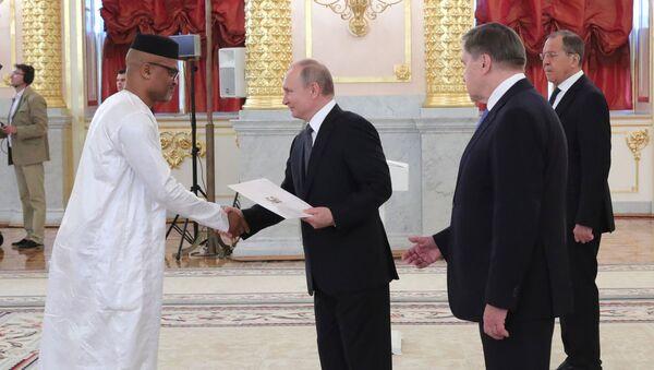 Đại sứ đặc mệnh toàn quyền Cộng hòa Sierra Leone Mohamed Yongavo và Tổng thống Vladimir Putin tại Điện Kremlin - Sputnik Việt Nam