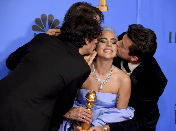 Anthony Rossomando, Andrew Wyatt và Mark Ronson hôn Lady Gaga trong Lễ trao giải Quả cầu vàng ở Hillsly Hills - Sputnik Việt Nam