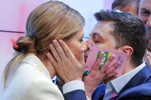 Ứng cử viên tổng thống của đảng Người đầy tớ của nhân dân Vladimir Zelensky và phu nhân Elena sau khi giành chiến thắng trong vòng hai cuộc bầu cử tổng thống ở Ukraina - Sputnik Việt Nam