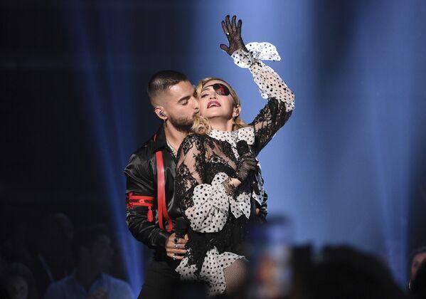 Ca sĩ người Colombia Maluma hôn nữ ca sĩ Madonna trong buổi biểu diễn tại Billboard Music Awards - Sputnik Việt Nam