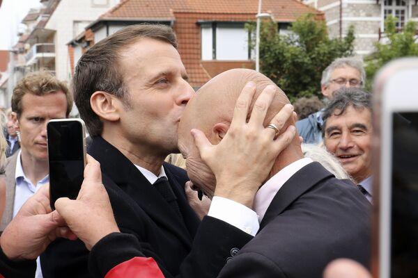 Tổng thống Pháp Emmanuel Macron hôn người ủng hộ sau khi bỏ phiếu trong cuộc bầu cử Nghị viện châu Âu tại Le Touquet ở miền bắc nước Pháp - Sputnik Việt Nam