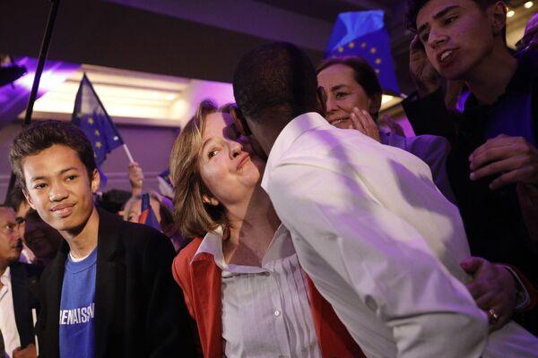 Nhà ngoại giao kiêm chính trị gia Pháp Natalie Loiseau hôn người ủng hộ Emmanuel Macron tại Paris - Sputnik Việt Nam