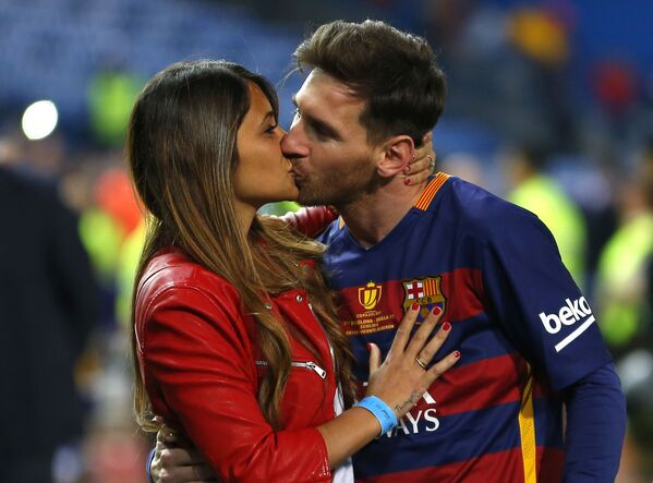 Lionel Messi hôn bà vợ Antonella Roccuzzo tại sân vận động ở Madrid - Sputnik Việt Nam