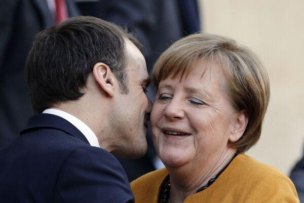 Tổng thống Pháp Emmanuel Macron hôn Thủ tướng Đức Angela Merkel tại Paris - Sputnik Việt Nam