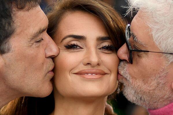 Diễn viên Antonio Banderas và đạo diễn Pedro Almodovar hôn nữ diễn viên Tây Ban Nha Penelope Cruz tại Liên hoan phim Cannes lần thứ 72  - Sputnik Việt Nam