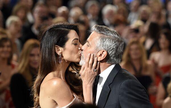Nam diễn viên kiêm đạo diễn George Clooney hôn bà vợ Amal tại lễ trao giải AFI Life Achievement Award ở Los Angeles - Sputnik Việt Nam