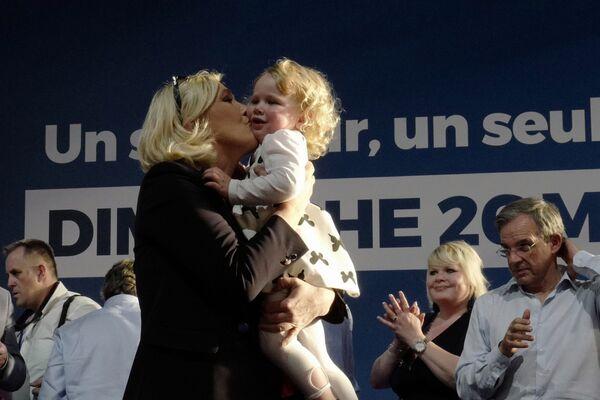 Marine le Pen hôn một cô gái trong cuộc mít tinh tranh cử ở Einhen-Beaumont, Pháp - Sputnik Việt Nam