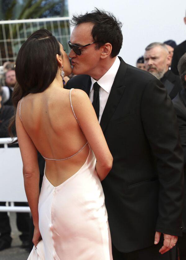 Đạo diễn Quentin Tarantino hôn vợ của mình là Daniela Peak tại Liên hoan phim quốc tế lần thứ 72, Cannes - Sputnik Việt Nam