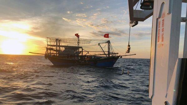 Các tàu cá phối hợp tìm kiếm cứu nạn.  - Sputnik Việt Nam