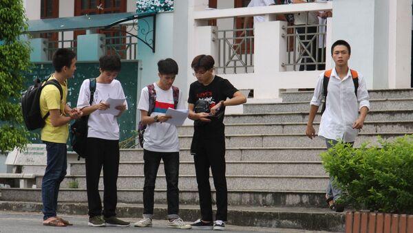 Các thí sinh tại điểm thi Trường THPT chuyên tỉnh Hà Giang trao đổi sau môn thi ngoại ngữ.  - Sputnik Việt Nam