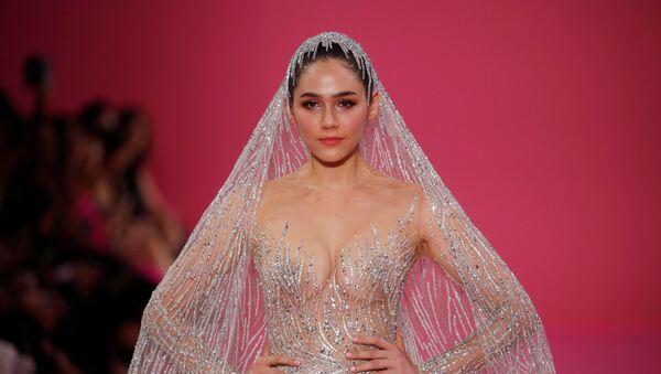 Nữ diễn viên Araya A. Hargate trong chiếc váy cưới của nhà thiết kế Georges Hobeika trong khuôn khổ trình diễn tại Tuần lễ thời trang cao cấp Paris - Sputnik Việt Nam